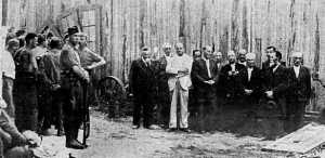 Photograph thought to show German forces with Jews from the city of Balti, hours before execution. (Wikimedia)