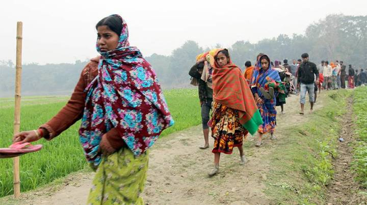 Members of the Hindu community returning to Obhoynagar, Jessore. Many of their homes were gutted and looted by Jamaat-Shibir activists right after the national polls. Photo source: Dhaka Tribune.