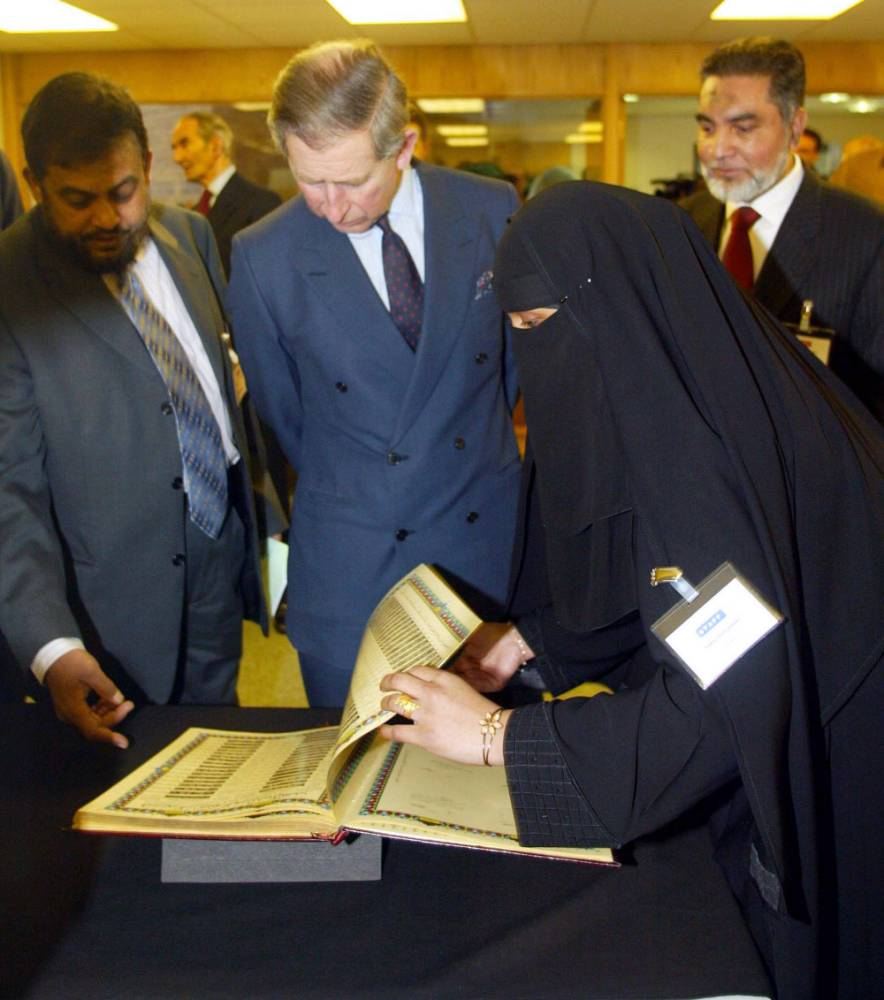 The Prince of Wales with Chowdhury Mueen-Uddin (left) during a visit to the Markfield Islamic Foundation, Leicestershire, in 2003. Photo credit: Andrew Parsons/PA Wire.