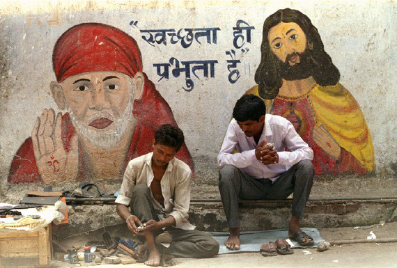 Protecting walls with religious pictures in India (photo: Reuters)