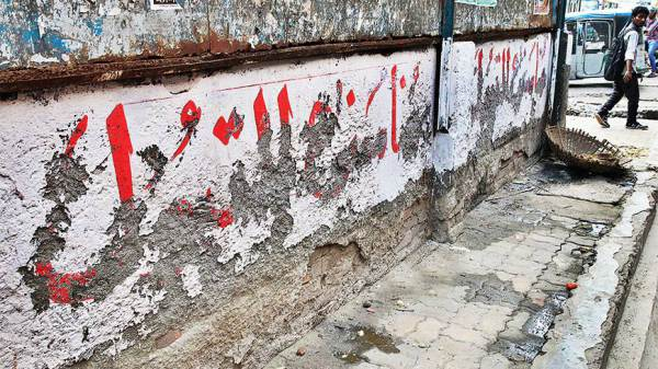 As expected, Arabic phrases on walls were quickly defaced in Dhaka (photo: Syed Zakir Hossain / Dhaka Tribune)